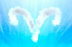 Simbolo di astrologia in materiale della nuvola - Ariete fotografia stock libera da diritti