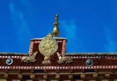 Simbolo di buddismo sul tetto del monastero antico in Leh immagine stock libera da diritti