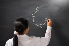 Simbolo di chimica dell'illustrazione dell'allievo femminile Fotografia Stock Libera da Diritti