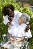 Simbolo di comodità e di supporto da un datore di cura all'anziano Fotografia Stock