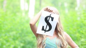 Simbolo di dollaro nelle mani di bella ragazza stock footage