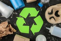 Simbolo di Eco riciclaggio concetto di eco sulla tavola concreta nera Riciclaggio dei rifiuti Vista superiore fotografia stock libera da diritti