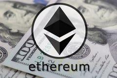 Simbolo di Ethereum nel nero e nel colore del whtie su una parte posteriore di 100 banconote in dollari Fotografia Stock Libera da Diritti
