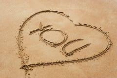 Simbolo di figura del cuore con la parola voi su beac sabbioso Immagine Stock Libera da Diritti