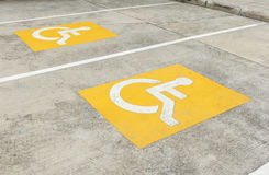 Simbolo di parcheggio handicappato sul pavimento Immagine Stock Libera da Diritti
