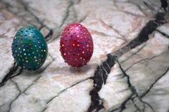 Simbolo di Pasqua nel colore verde vicino alle uova con le perle Concetto felice di festa Decorazione di Pasqua: canestro con la  Immagini Stock