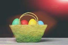 Simbolo di Pasqua sulla tavola grigia Decorazione di Pasqua: canestro verde del panno Fotografia Stock Libera da Diritti
