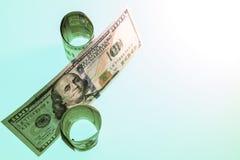 Simbolo di percentuale composto delle banconote in dollari degli Stati Uniti cento tono verde spazio della copia su un fondo bian fotografia stock libera da diritti