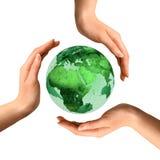 Simbolo di riciclaggio concettuale sopra il globo della terra immagine stock libera da diritti