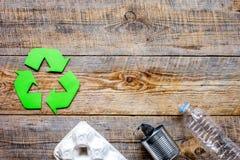 Simbolo di riciclaggio dei rifiuti con immondizia sul modello di legno di vista superiore del fondo Fotografia Stock Libera da Diritti