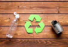 Simbolo di riciclaggio dei rifiuti con immondizia sul modello di legno di vista superiore del fondo Immagini Stock