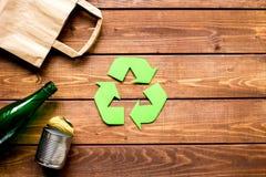 Simbolo di riciclaggio dei rifiuti con immondizia sul modello di legno di vista superiore del fondo Fotografie Stock Libere da Diritti