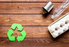 Simbolo di riciclaggio dei rifiuti con immondizia sul modello di legno di vista superiore del fondo Fotografie Stock