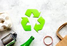 Simbolo di riciclaggio dei rifiuti con immondizia sul modello di pietra di vista superiore del fondo Immagine Stock Libera da Diritti