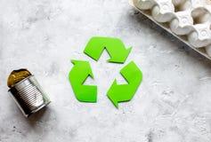 Simbolo di riciclaggio dei rifiuti con immondizia sul modello di pietra di vista superiore del fondo Fotografia Stock