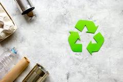 Simbolo di riciclaggio dei rifiuti con immondizia sul modello di pietra di vista superiore del fondo Immagini Stock Libere da Diritti