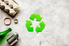 Simbolo di riciclaggio dei rifiuti con immondizia sul modello di pietra di vista superiore del fondo Fotografie Stock Libere da Diritti