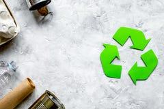 Simbolo di riciclaggio dei rifiuti con immondizia sulla vista superiore del fondo di pietra Immagini Stock Libere da Diritti