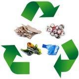 Simbolo di riciclaggio dei rifiuti nel fondo bianco Fotografia Stock Libera da Diritti
