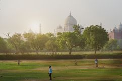 Simbolo di Taj Mahal della religione di hinduism Foto non tradizionale di Taj Mahal Mattina blu Giovani adulti Concetto di viaggi immagini stock libere da diritti