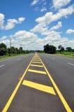 Simbolo di traffico con la via dell'asfalto Immagini Stock Libere da Diritti