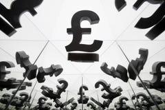Simbolo di valuta britannico con molte immagini rispecchiantesi di se stesso immagini stock