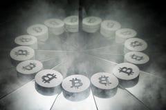 Simbolo di valuta cripto di Bitcoin sullo specchio e coperto in fumo fotografie stock libere da diritti
