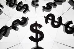 Simbolo di valuta del dollaro con molte immagini rispecchiantesi di se stesso immagini stock libere da diritti