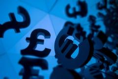 Simbolo di valuta della sterlina e dell'euro con molte immagini rispecchiantesi fotografie stock