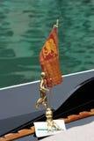 Simbolo di Venezia: bandierina dei citiy che decora una gondola immagini stock libere da diritti