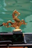 Simbolo di Venezia: cavallo di mare dorato che decora gondola fotografia stock