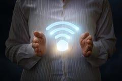 Simbolo di WiFi nelle mani della donna di affari Immagine Stock Libera da Diritti
