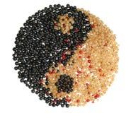 Simbolo di Yin Yang fatto dall'uva passa differente Fotografia Stock