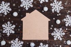 Simbolo domestico con i fiocchi di neve decorativi sulla vecchia tavola di legno Stazione termale immagine stock