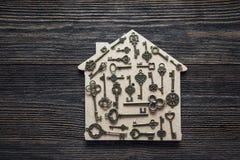 Simbolo domestico fatto a mano con le chiavi d'annata su fondo di legno Fotografia Stock Libera da Diritti