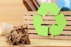 Simbolo e rifiuti di Eco nella scatola riciclaggio Riciclaggio dei rifiuti su fondo di legno naturale fotografia stock