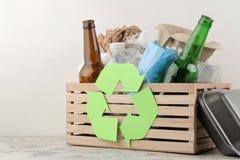 Simbolo e rifiuti di Eco nella scatola riciclaggio Riciclaggio dei rifiuti Su un fondo leggero fotografia stock