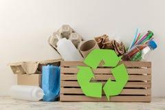 Simbolo e rifiuti di Eco nella scatola riciclaggio Riciclaggio dei rifiuti Su un fondo leggero fotografia stock libera da diritti
