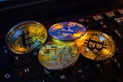Simbolo fisico della moneta di Bitcoin sulla tastiera nera Fotografia Stock Libera da Diritti