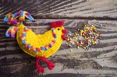Simbolo 2017 - gallo fatto a mano del nuovo anno su un fondo di legno Immagine Stock