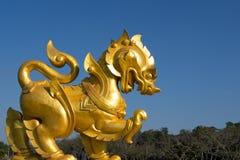 Simbolo giallo di Singha in cielo blu Immagine Stock