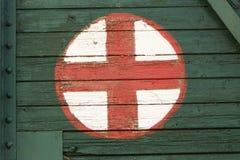 Simbolo medico dipinto sul vecchio trasporto ferroviario fotografia stock
