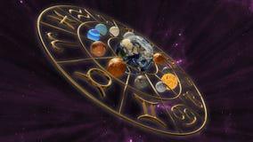 Simbolo mistico girante dell'oroscopo dello zodiaco di astrologia con dodici pianeti nella scena cosmica rappresentazione 3d 4K royalty illustrazione gratis