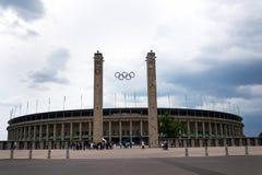 Simbolo olimpico degli anelli che appende sopra lo Stadio Olimpico a Berlino, Germania Immagini Stock Libere da Diritti