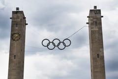 Simbolo olimpico degli anelli che appende sopra lo Stadio Olimpico a Berlino, Germania Immagini Stock