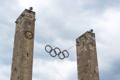 Simbolo olimpico degli anelli che appende sopra lo Stadio Olimpico a Berlino, Germania Fotografie Stock