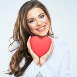 Simbolo rosso del cuore della tenuta sorridente della donna di giorno di biglietti di S. Valentino Immagine Stock