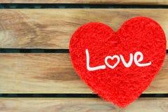 Simbolo rosso del cuore nel giorno di S. Valentino su legno Fotografia Stock