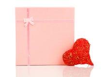 Simbolo rosso di forma del cuore fatto dal filo con il regalo Immagine Stock