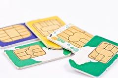 Simcards dei fornitori di servizio mobili differenti e dei soldi russi Fotografia Stock